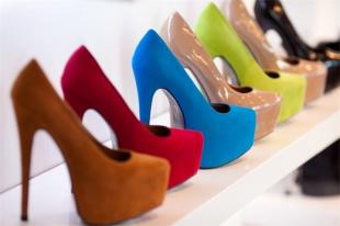 Балетки, туфли на шпильке и кеды могут запретить. Что не учли производители обуви?